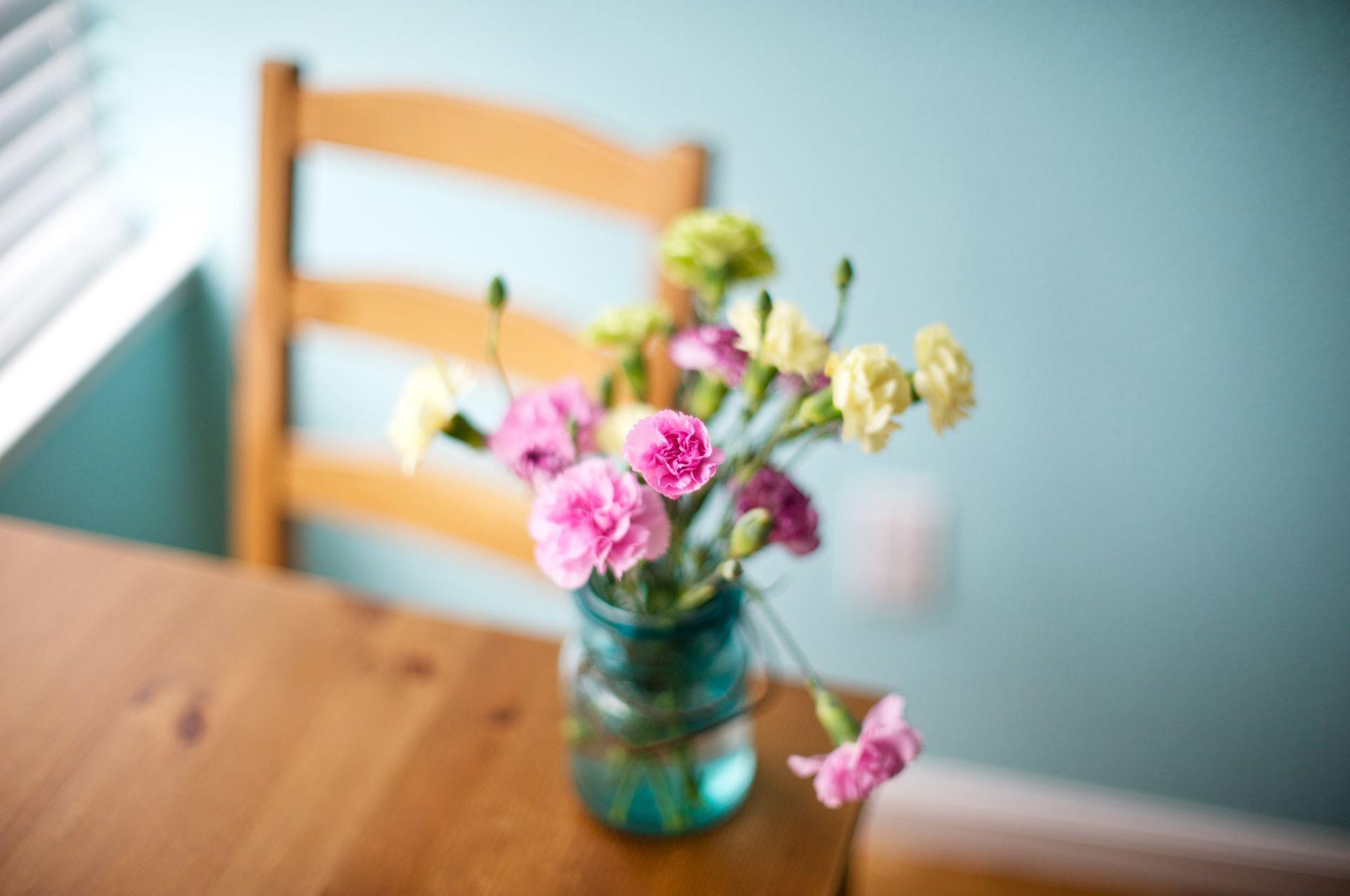 Flores en su mesita