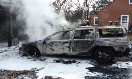 Un auto en llamas